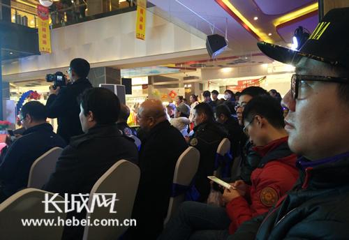 网友欣赏音乐会。长城网 韩建强 摄