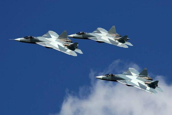 资料图片:俄军t-50隐身战机进行三机编队飞行