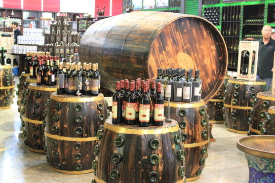 有红酒画面和橡木桶的屏风