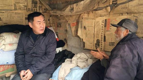 卢东林看望村里的贫困户。本文图片均来自 澎湃新闻记者 段彦超 图