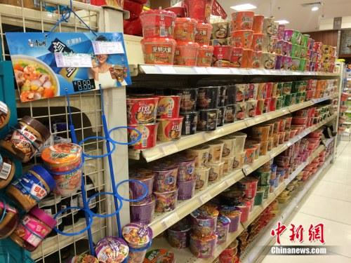 北京一家超市货架上摆放的方便面。中新网 邱宇 摄