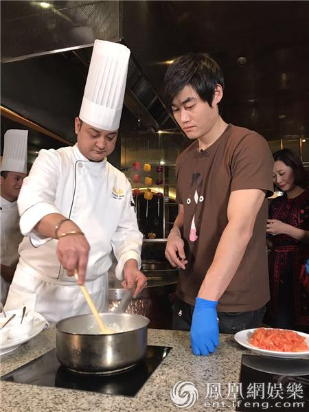 张本煜别样过小年 学做印度饺子为网友送祝福