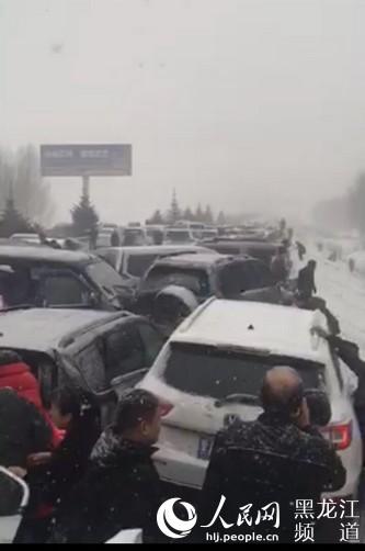 哈伊高速哈尔滨至绥化路段发生多车事故(图)