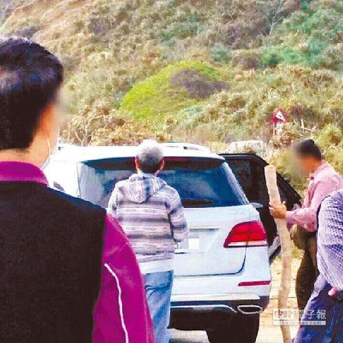 目击民众称,开着奔驰汽车的粉色上衣男子将垦丁公园内的漂流木带上车。(图片来源:台湾《中时电子报》网站)