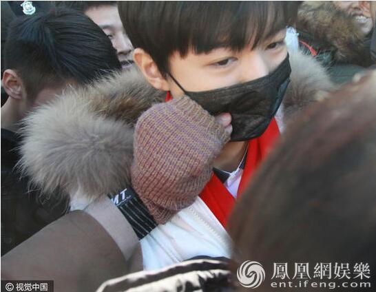 """王俊凯艺考路上遇""""咸猪手"""" 口罩被撕一脸无奈"""