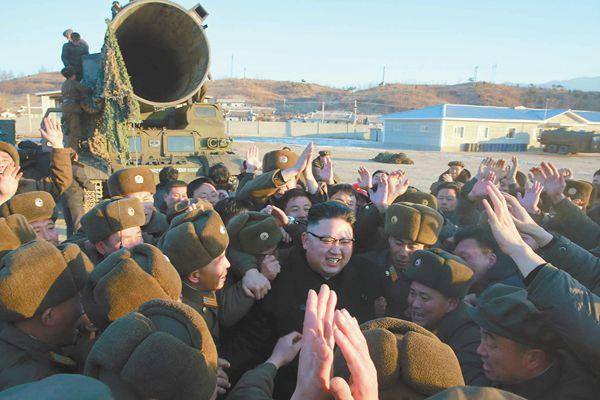 """朝鲜中央电视台13日公布了朝鲜发射中远程弹道导弹""""北极星-2""""型的准备画面以及发射时的现场画面,朝鲜最高领导人金正恩视察现场。"""
