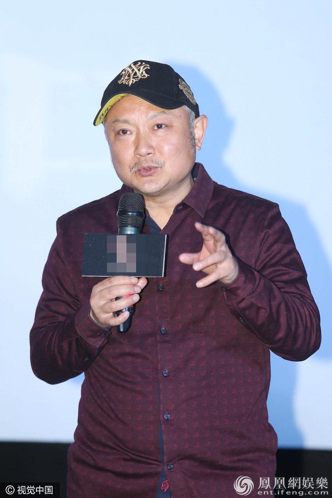 """54岁""""贾宝玉""""魅力不减当年 女粉丝争相求合影(图)"""