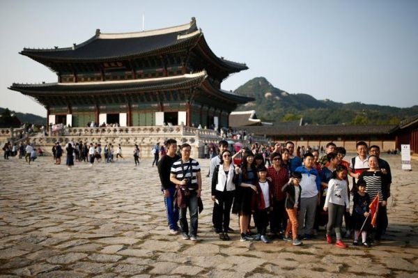 2016年10月,首尔,中国游客在景福宫拍照留念。(路透社)