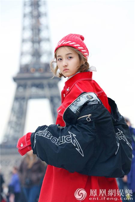 张子枫巴黎街拍上线铁塔之下享受阳光与美食
