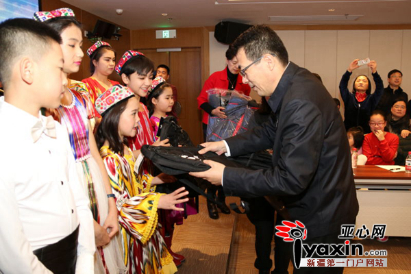 中国宋庆林基金会副主席井顿泉代表基金会向和田儿童赠送学习用品 张航摄