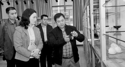梁玉华(左二)在云水窑公司调研。