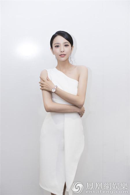 佟丽娅造型优雅干练获好评 坚持简约时尚显魅力