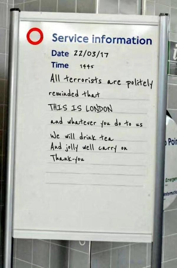 「这世界」恐袭后的伦敦地铁鼓劲儿图是假的,但勇气是真的