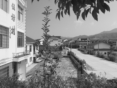 环境整治后的伍坊村面貌焕然一新。