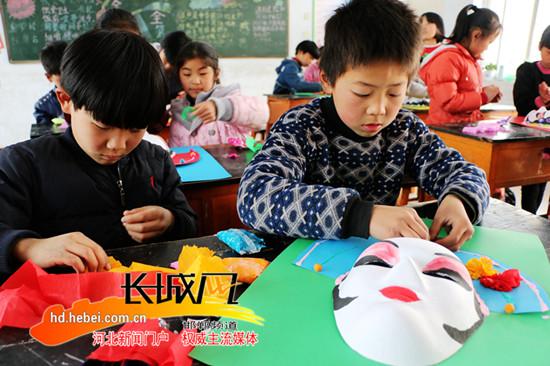 广平小学生绘制戏剧脸谱 弘扬国粹京剧