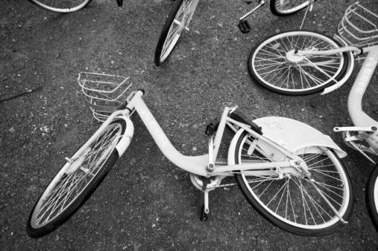 长沙松雅湖湿地公园附近丢弃着多辆破损的共享单车。 共享单车,每小时0.5元1元的使用价格,在给市民带来方便的同时,也被一些自行车租赁公司认为是在抢饭碗,这一现象在个别公园内尤为突出。 松雅湖国家湿地公园大量共享单车刹车被锁死、轮胎被放气,甚至还有的单车座垫、把手被破坏。公园管委会称,是园内自行车租赁公司所为。 公园内自行车租赁公司称,共享单车低价竞争,抢了他们的饭碗,他们对共享单车做了些手脚,但并没有破坏单车。 记者陈斌长沙报道 近日,有市民爆料称,松雅湖几乎成了共享单车的坟场,轮胎被放气、刹车