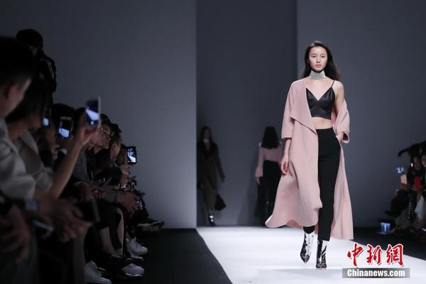 2017秋冬上海时装周 模特演绎黑白简约中性风