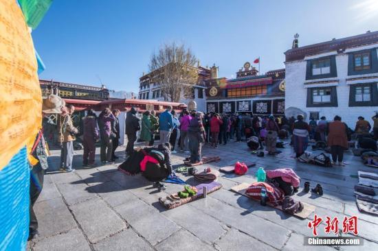 """资料图片,天气转暖,西藏旅游市场逐渐""""升温""""。 中新社记者 何蓬磊 摄"""