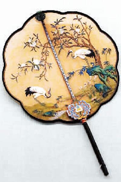 桃树仙鹤图乌木雕花柄团扇,现藏于故宫博物院