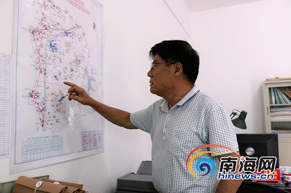 冯明祥的办公室内挂着一幅东方市小型水利工程的分布图。南海网记者叶俊一摄