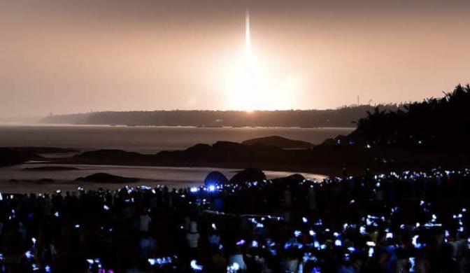 """天舟一号发射现场的""""手机海洋"""""""