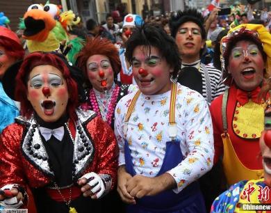 """秘鲁举行""""小丑日""""大游行 搞怪造型令人捧腹"""