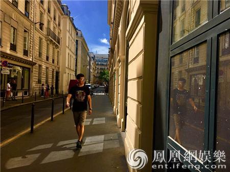 夏雨最新法国街拍曝光 埃菲尔铁塔下尽显男人风范