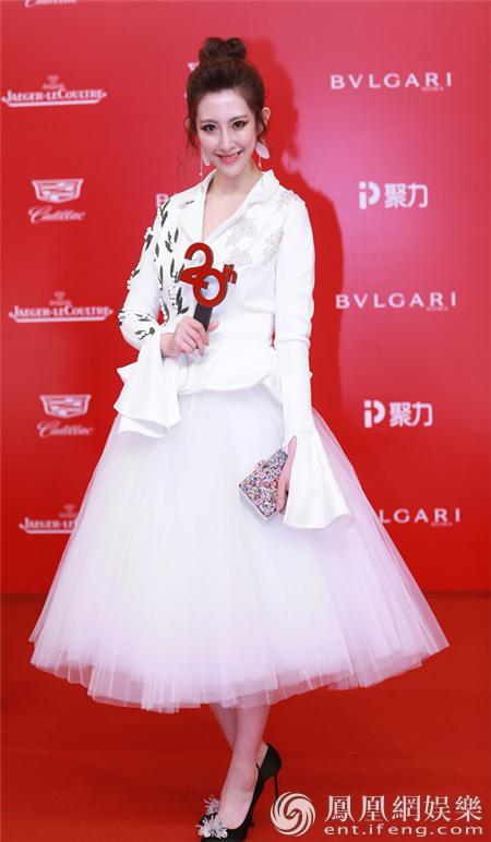 张溪芸亮相上影节闭幕红毯 与李艾合作《名利场》