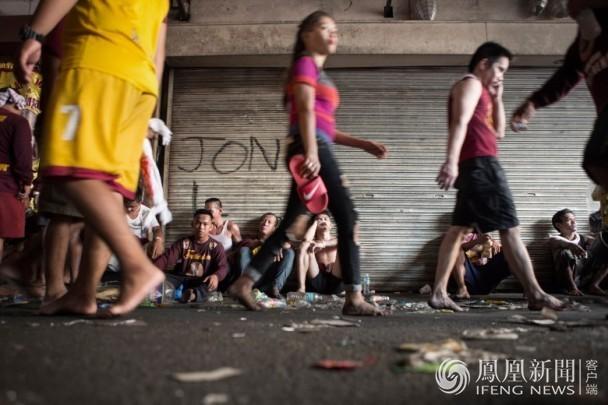 菲律宾350万人争摸神像 酿1死800伤