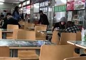 """""""关晓彤回学校食堂吃饭""""title=""""关晓彤回学校食堂吃饭""""/"""