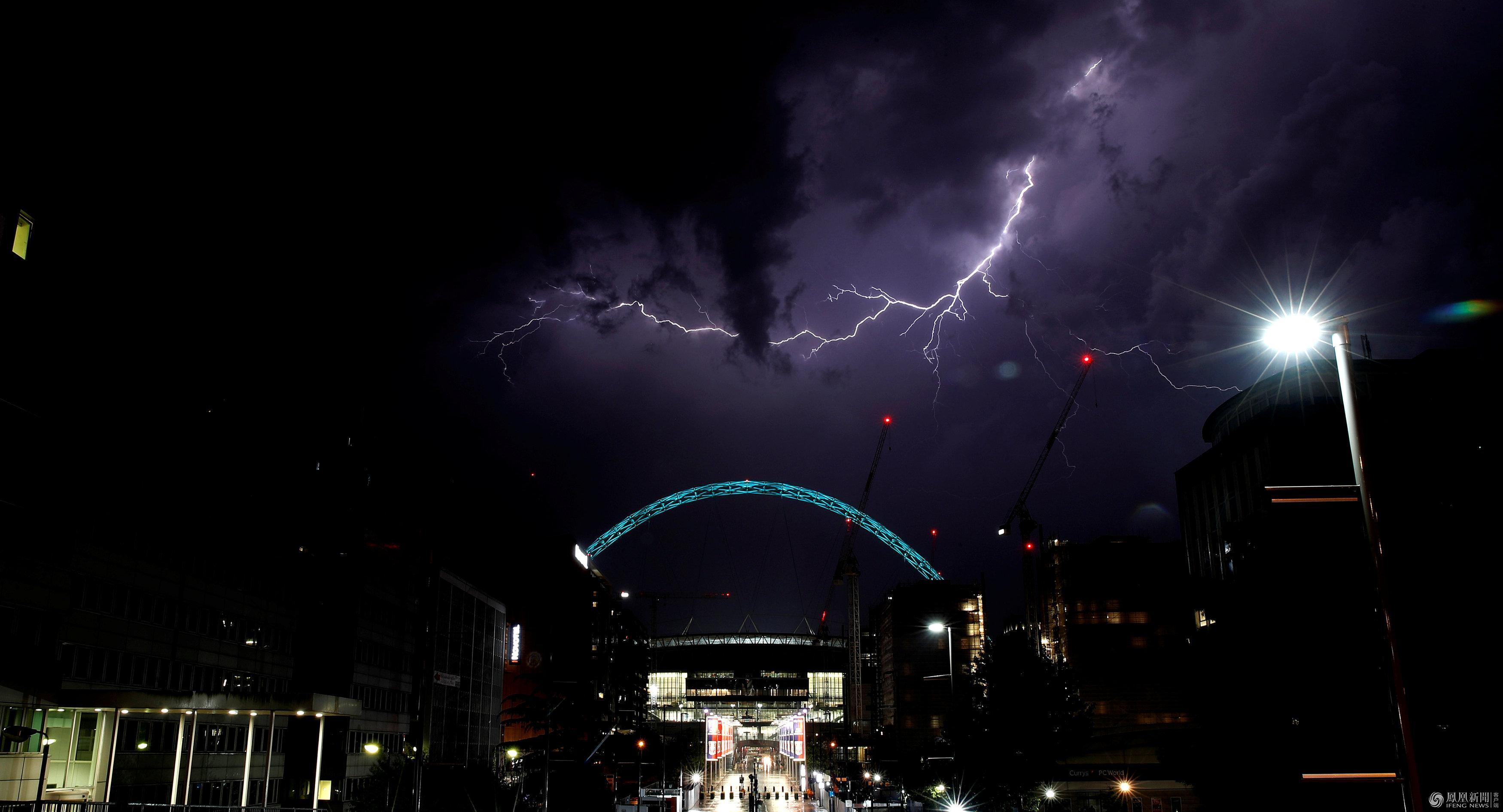 闪电降价只凤凰资讯_罕见雷暴袭击英国,一晚上6万次闪电_资讯频道_凤凰网