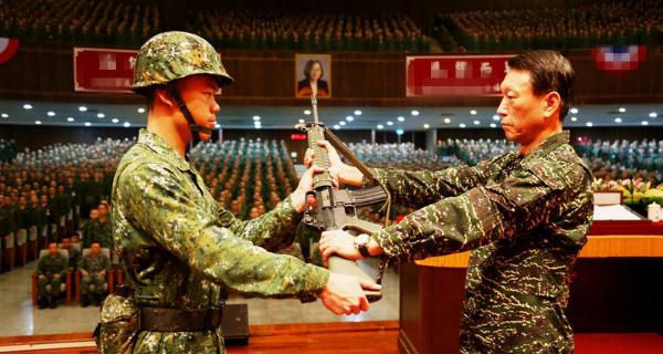 台湾军方照片枪口直指蔡英文挂像 被台网民调侃