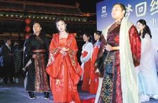 诵传统经典 西安城墙举行中华唐文化诗词吟诵会