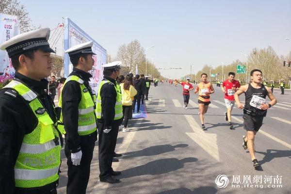 """开封警方圆满完成""""2019中国郑开国际马拉松赛""""安保任务"""