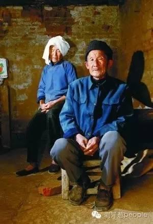 正阳县汝南埠镇杨陶庄,杨新海父母在自家两间小房的住所。本报记者秦斌摄