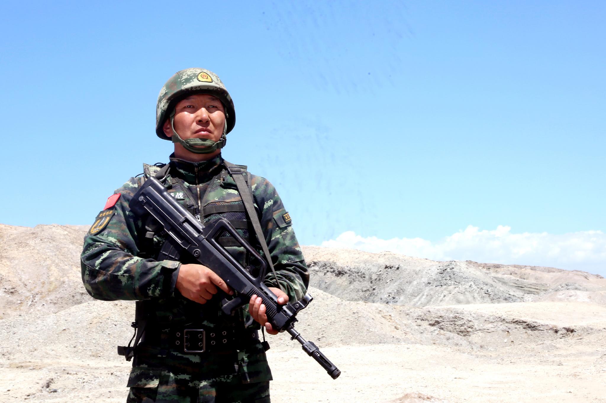 铁汉王刚心甘情愿奉献在南疆反恐维稳一线,无怨无悔,立志永远做党和人民的忠诚卫士。