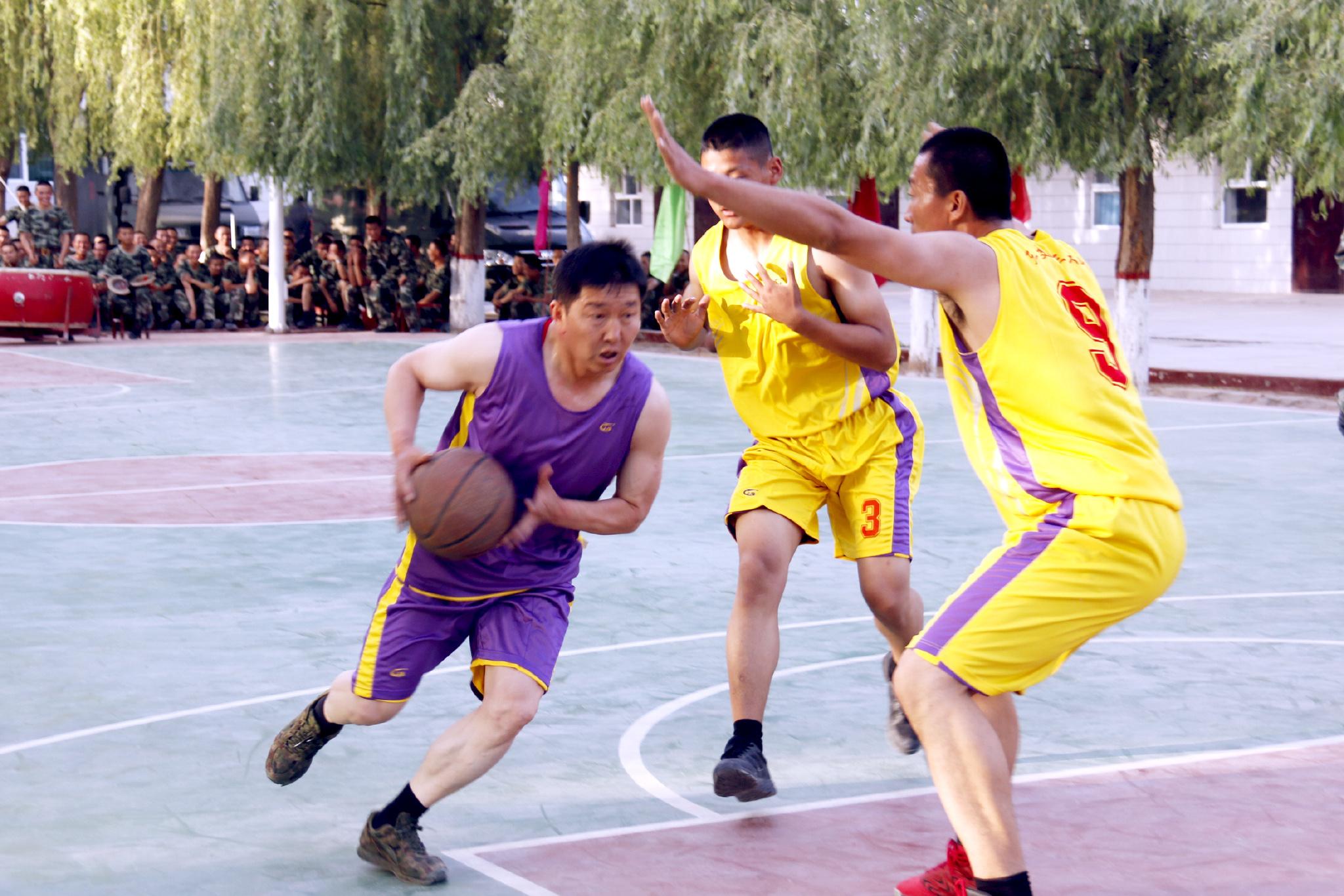 工作之余打篮球是王刚支队长的最爱。