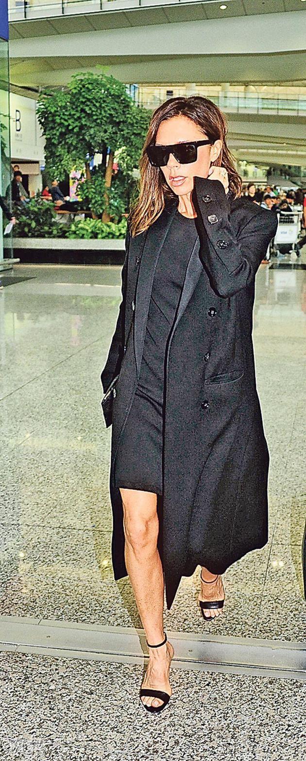 贝克汉姆太太一身黑色造型抵达香港,充满星味