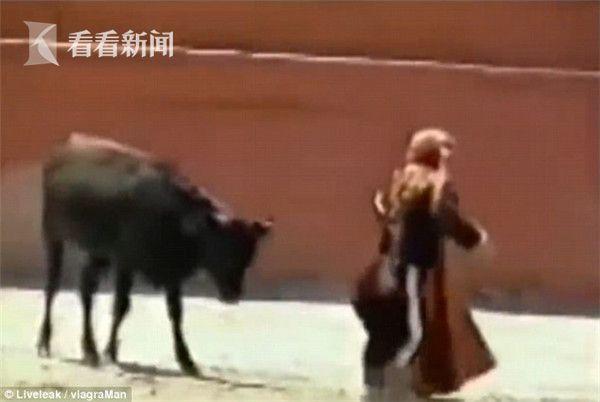 惊呆!女斗牛士被顶翻 公牛不伤她竟做起这事(图)
