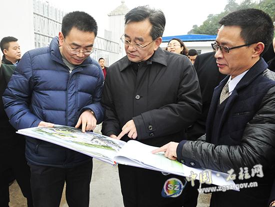 石柱县委书记蹇泽西调研教育和卫生健康等工作