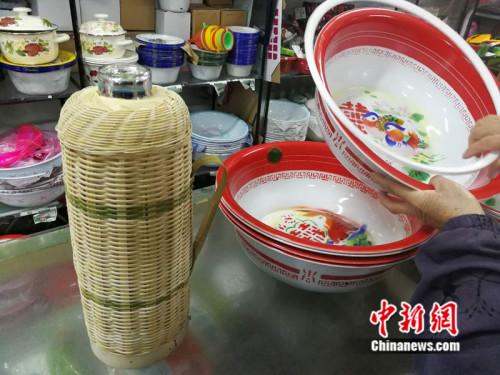 店里至今仍在出售搪瓷脸盆和竹皮暖壶中新网记者张尼摄