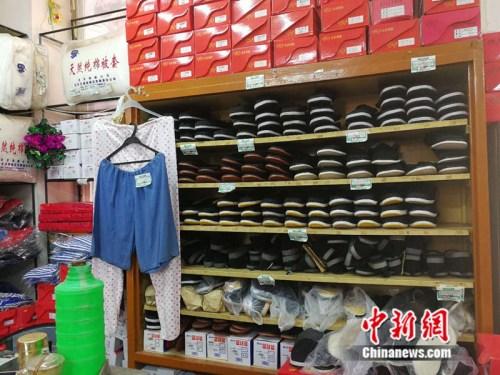 老式布鞋被整起地码放在货架上中新网记者张尼摄