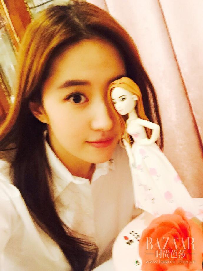 桃花披衣的刘亦菲,肆意随性,她活成了最自在的样子