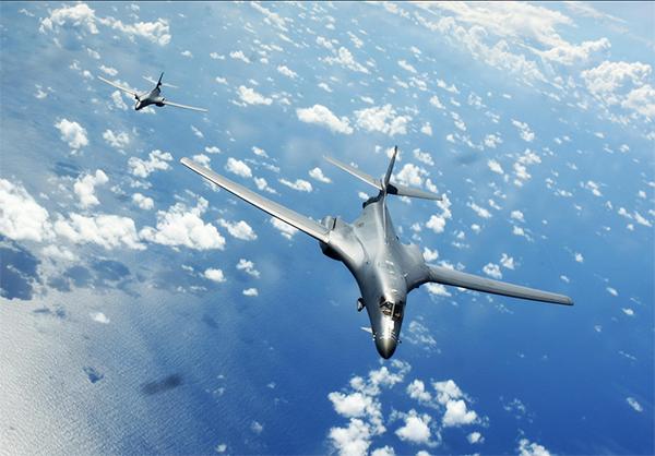 美太平洋司令部称两架美战略轰炸机飞越南海(图)