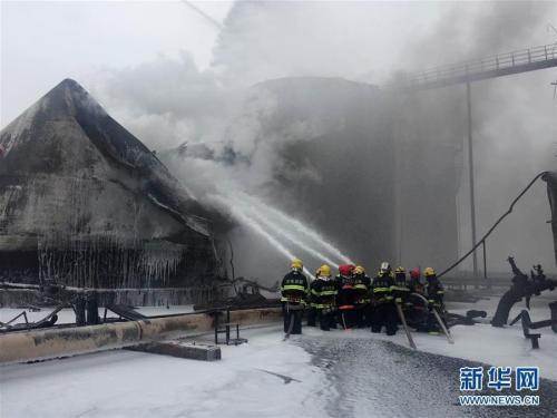 6月5日,山东消防官兵在事故现场扑救。