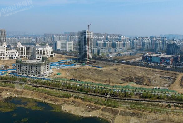 """p46-潮白河畔,蓬勃发展的房地产让燕郊在逐渐患上""""大城市病""""的同时也获得了""""睡城""""之名。"""