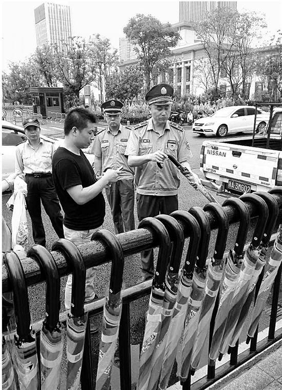 """5万把共享雨伞现身杭州 一天就遭城管""""下架"""" (图)"""