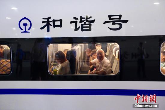 7月9日上午8时整,首趟宝兰高铁动车组列车从西安北站驶出,标志着宝兰高铁正式开通运营。 张远摄