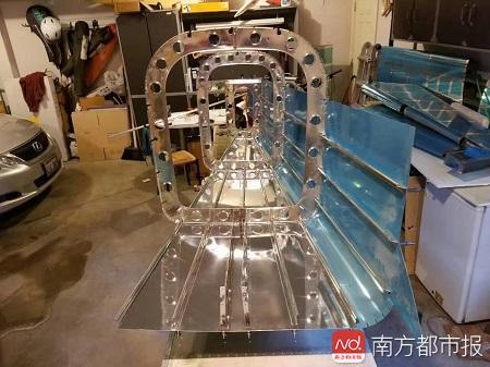李湘宏在完成机身的包装.jpg