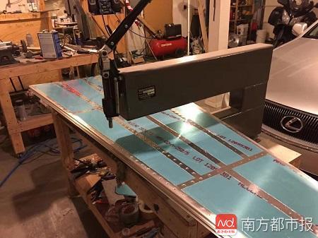 李湘宏自己在车库里准备了车床给机身钻孔打铆钉.jpg